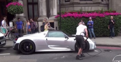 Washing a Porsche 918 in the middle of London rush hour traffic (1)