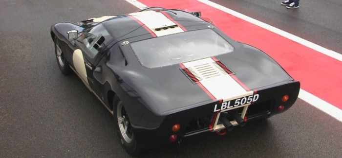 Ford GT40 exhaust sounds amazing on the track
