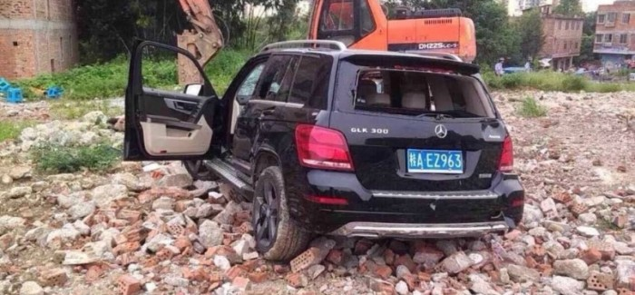 Mercedes trying to run over people stopped by an excavator (2)