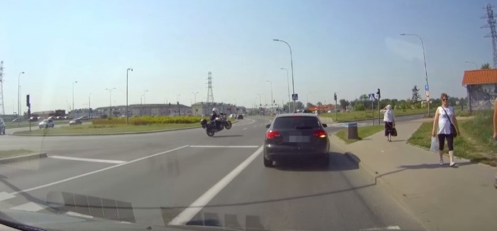 Motorcycle cop pops a wheelie like a BOSS to get to an emergency – Video