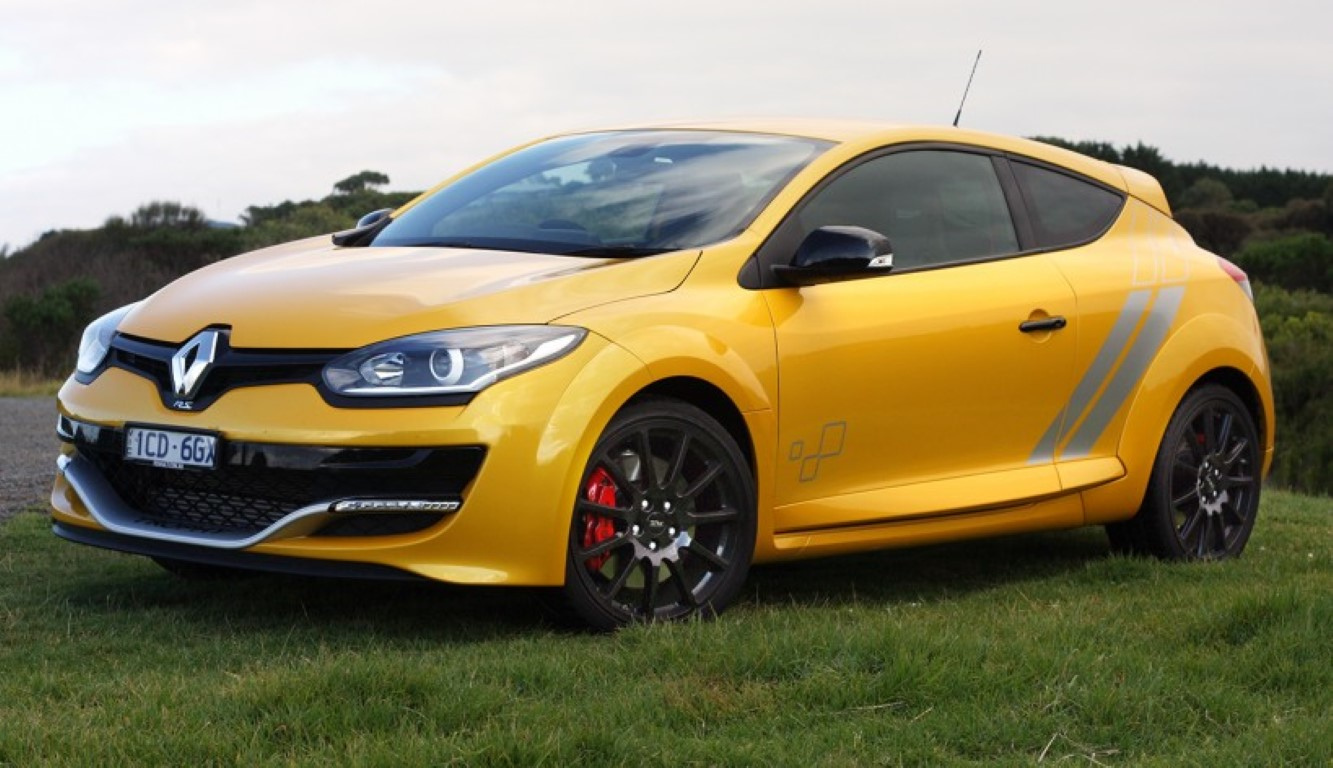 renault megane rs avoids crashing into cars like a boss. Black Bedroom Furniture Sets. Home Design Ideas