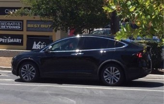 Undisguised production 2016 Tesla Model X Spotted (1)