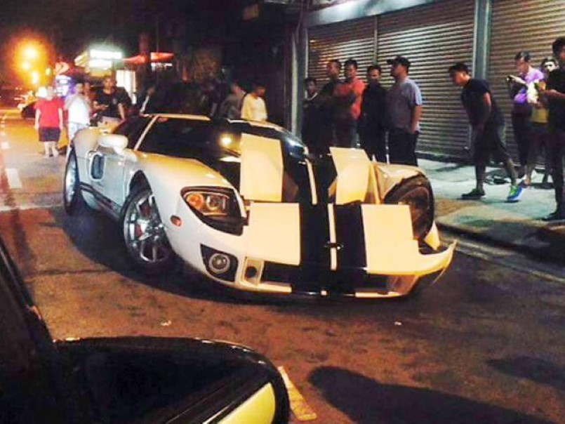 Ford Gt Crashes And Driver Takes Off In Another Vehicle