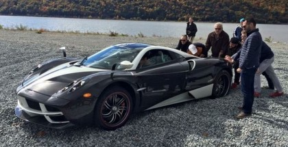 Pagani Huayra stuck on the beach gets yanked out