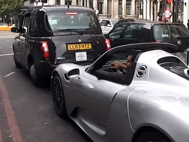 porsche 918 almost crashes into taxi video dpccars. Black Bedroom Furniture Sets. Home Design Ideas