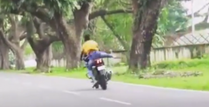 Out of control motorcycle has no chance of recovering (1)