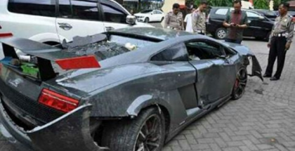 This guy crashed his Lamborghini but he is still texting (1)