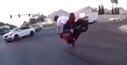 Crazy motorcycle stunt in middle of traffic (1)