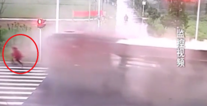 Close call with motorcyclist escaping huge accident (1)