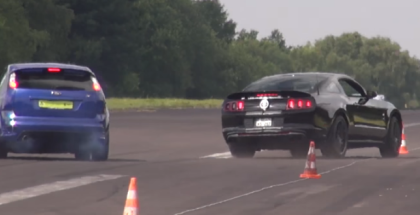 Mustang GT500 almost takes out another car while drag racing (1)